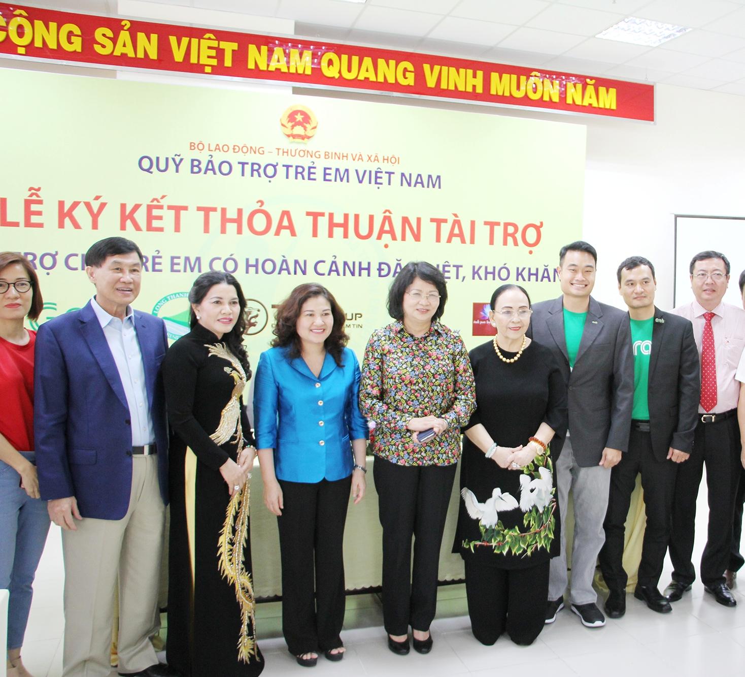 Bà Nguyễn Thị Ngọc Thịnh và đại diện các doanh nghiệp đồng hành cùng Giải bóng đá trẻ em có hoàn cảnh khó khăn